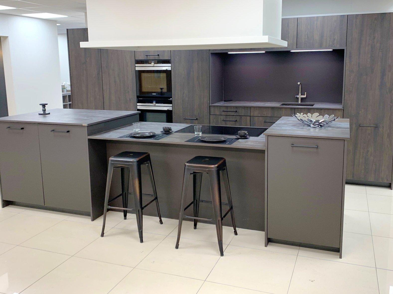 Rotpunkt matt grey kitchen in Grigio with woodgran effect units