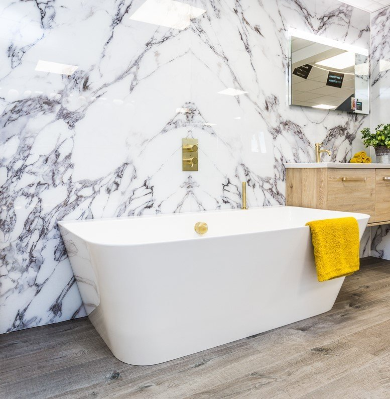 Bold marble setting for freestanding bath