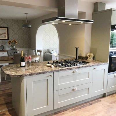Country Kitchen - Shaker kitchen with modern appliances