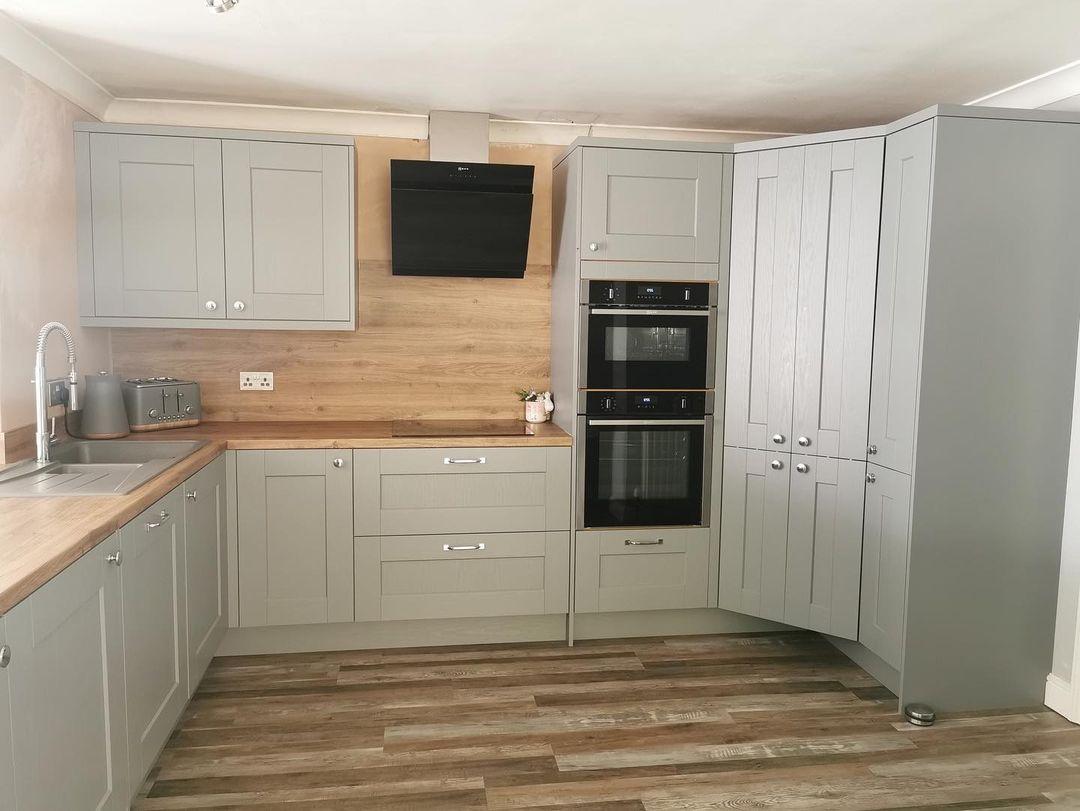 Symphony Ashbourne Cobble Grey with Chalet Oak laminate worktops with NEFF appliances (1)